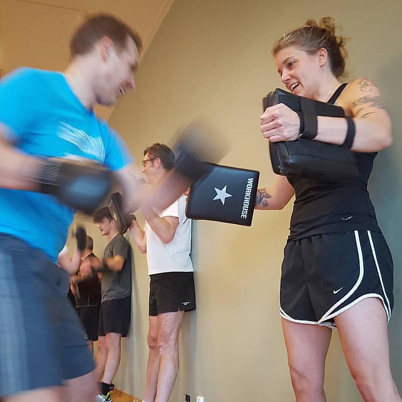 Knä, knä, spark, spark, parera, parera, ducka, upper cut, krok, rak höger. Boxning är som en dans!