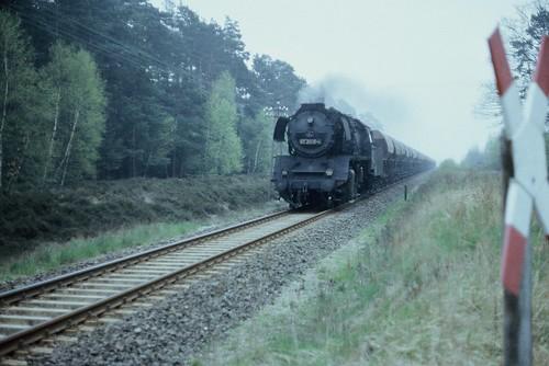 ein dampfbespannter Güterzug ...