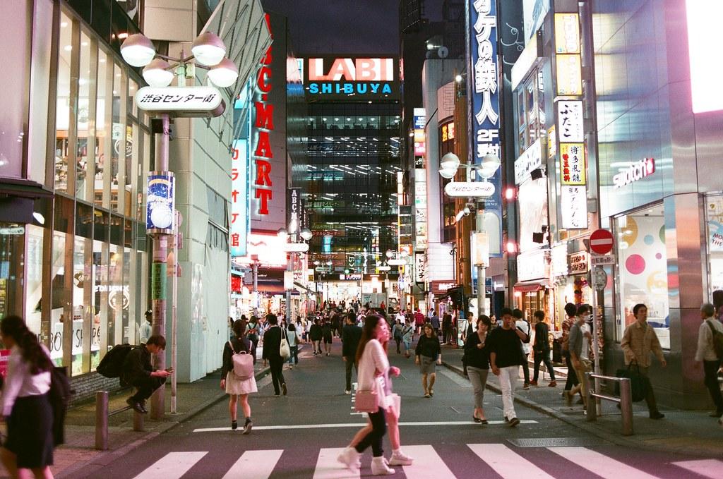 渋谷 Shibuya, Tokyo, Japan / AGFA VISTAPlus / Nikon FM2 渋谷這一區很熱鬧,發現其實路上好像不需要路燈,因為店家的招牌燈亮度就足夠照明一整條街。  誇張!  Nikon FM2 Nikon AI AF Nikkor 35mm F/2D AGFA VISTAPlus ISO400 0998-0012 2015-10-02 Photo by Toomore