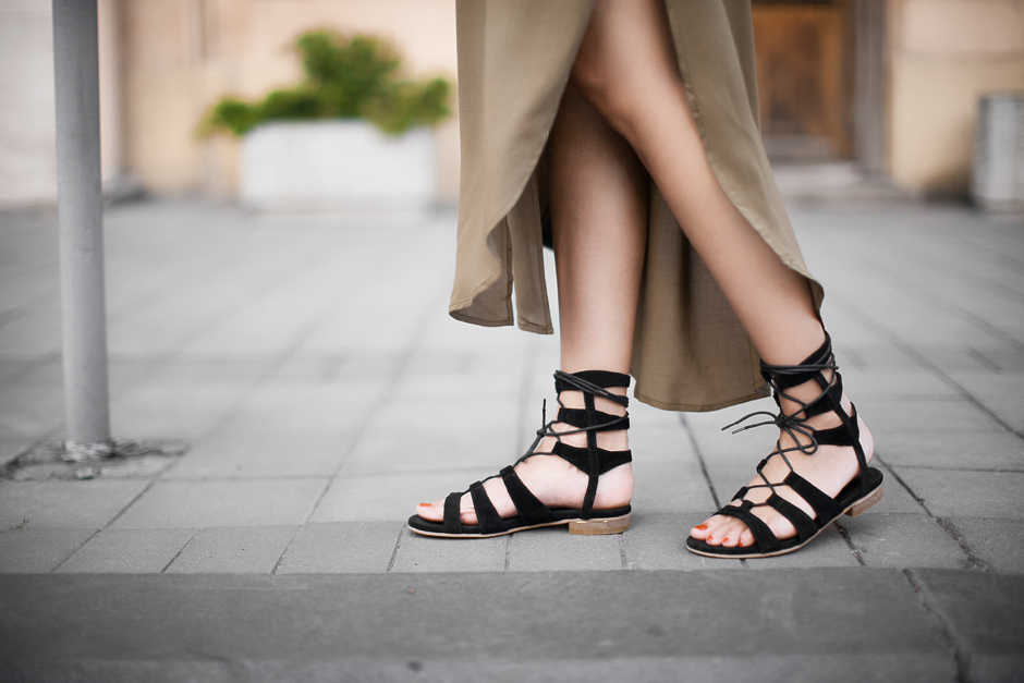 Bla ck-suede-gladiator-sandals-outfits-street-style-fashion-look