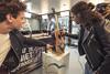 Een custom gitaar door Ali B gespoten