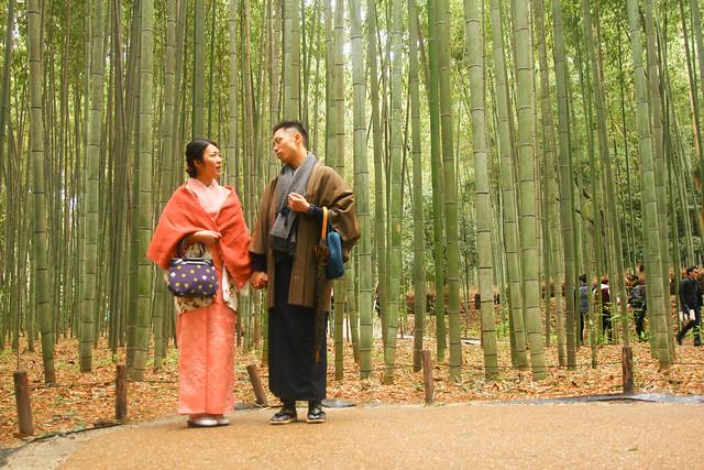a27cda51a695 Kimonoer blev etableret under den Heian periode af japansk historie  (794-1192 e.Kr.). Morgenkåbe blev mere indviklet som flere lag blev anvendt.