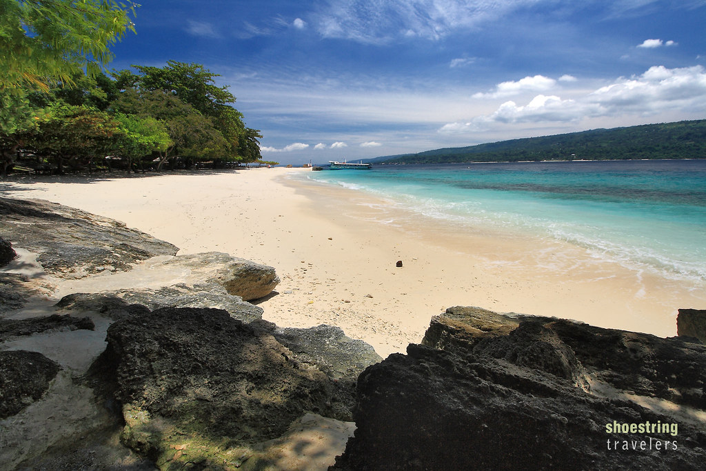the white sand beach at Isla Reta