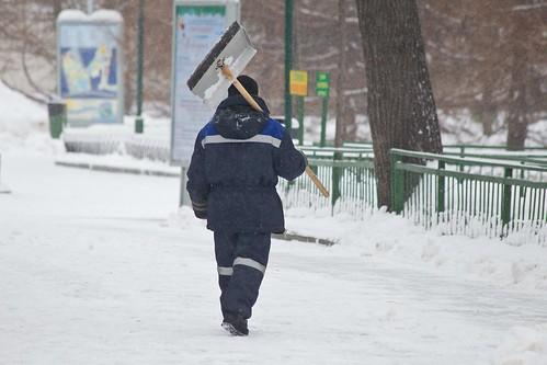 Двое дворников избили прохожего в центре Москвы