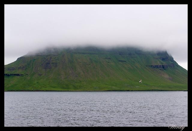Volcán Kirkjufell con nubes