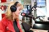 Daphne luistert naar 'Hero' van Antonie Kamerling