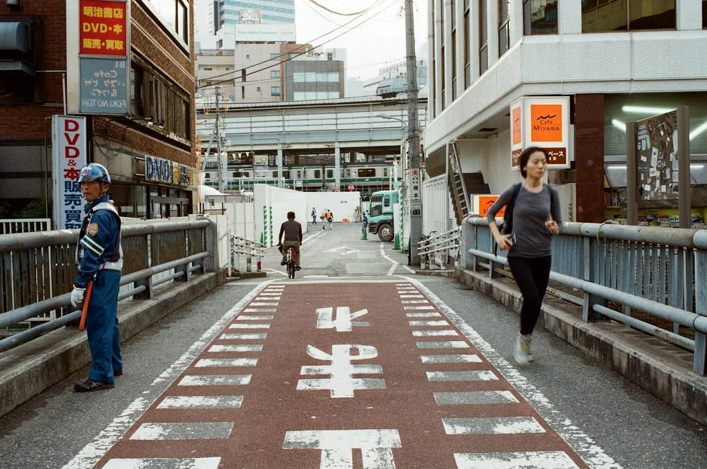 渋谷 Tokyo, Japan / Kodak ColorPlus / Nikon FM2 這是回來補拍的畫面,有記得應該有特別把照片拿出來找角度,妳還會記得這裡嗎?  我拍到了妳被我逗笑的畫面!  至於我說了什麼,我還記得。  Nikon FM2 Nikon AI AF Nikkor 35mm F/2D Kodak ColorPlus ISO200 0997-0026 2015/10/02 Photo by Toomore