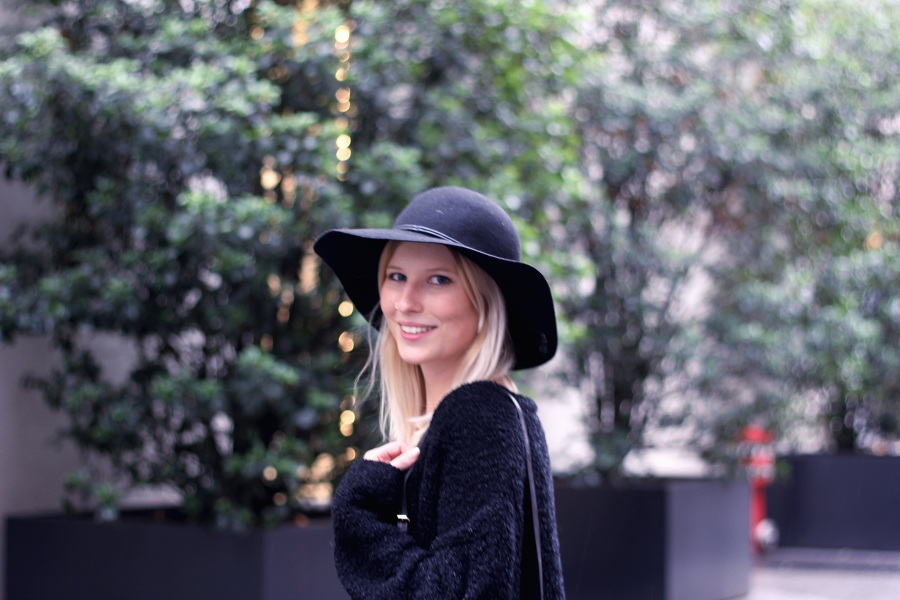 outfit-blonde-hat-blondine-hut-fashion-modisch-trend-smile-evening-light-bokeh-esprit-monki-cozy