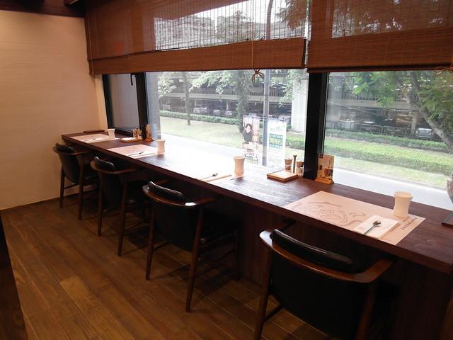 靠建國南路的靠窗座位,一人用餐也不尷尬@棉花田有機餐廳