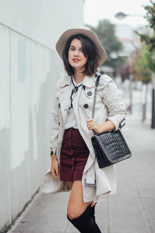falda roja ante con camisa blanca con lazo y botas altas