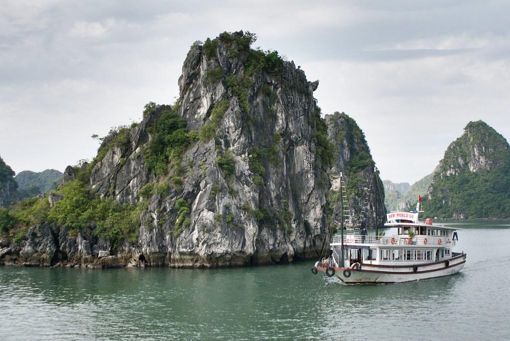 Pitons rocheux dans la baie d'Halong au Vietnam