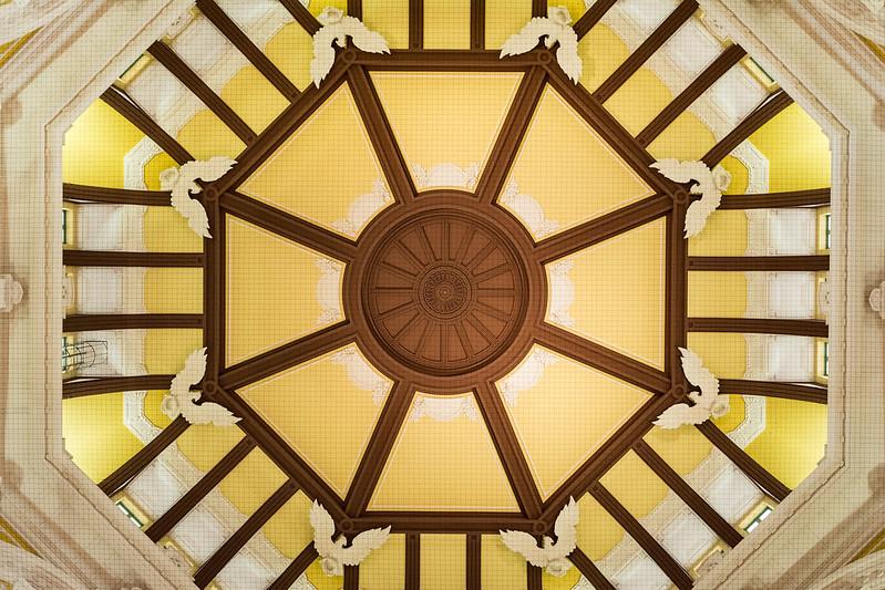 東京駅のドームを真下から撮影する
