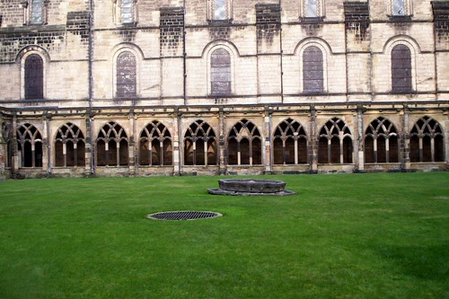 Courtyard at Durham Cathedral (Harry Potter film location ...