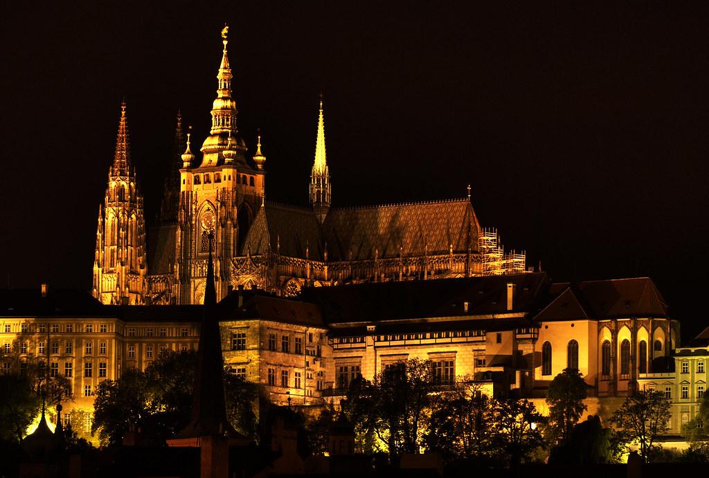 Cathédrale Saint Guy à Prague de nuit - Photo de Eugene Wei
