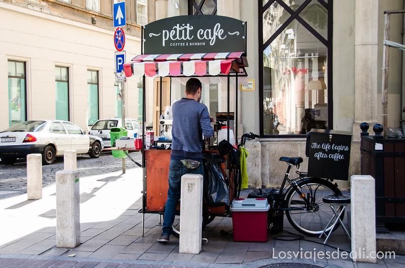 calles de Budapest puesto callejero de café