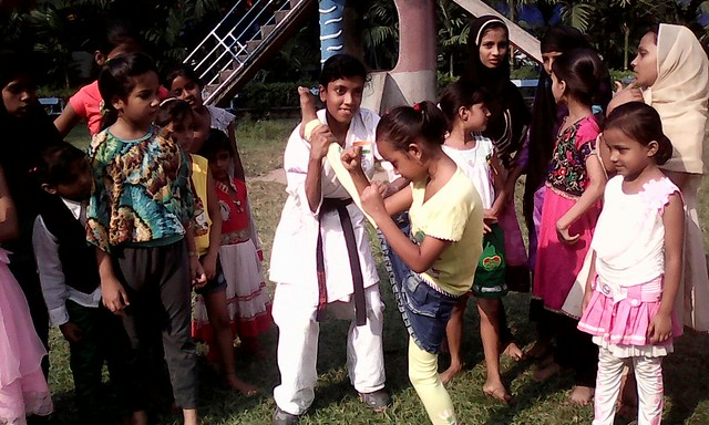 Ayesha_noor_encouraging_to_the_children_for_karate_training_at_rajabazar