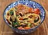 bratnudeln-erdnuss-tomaten-spinat-sosse