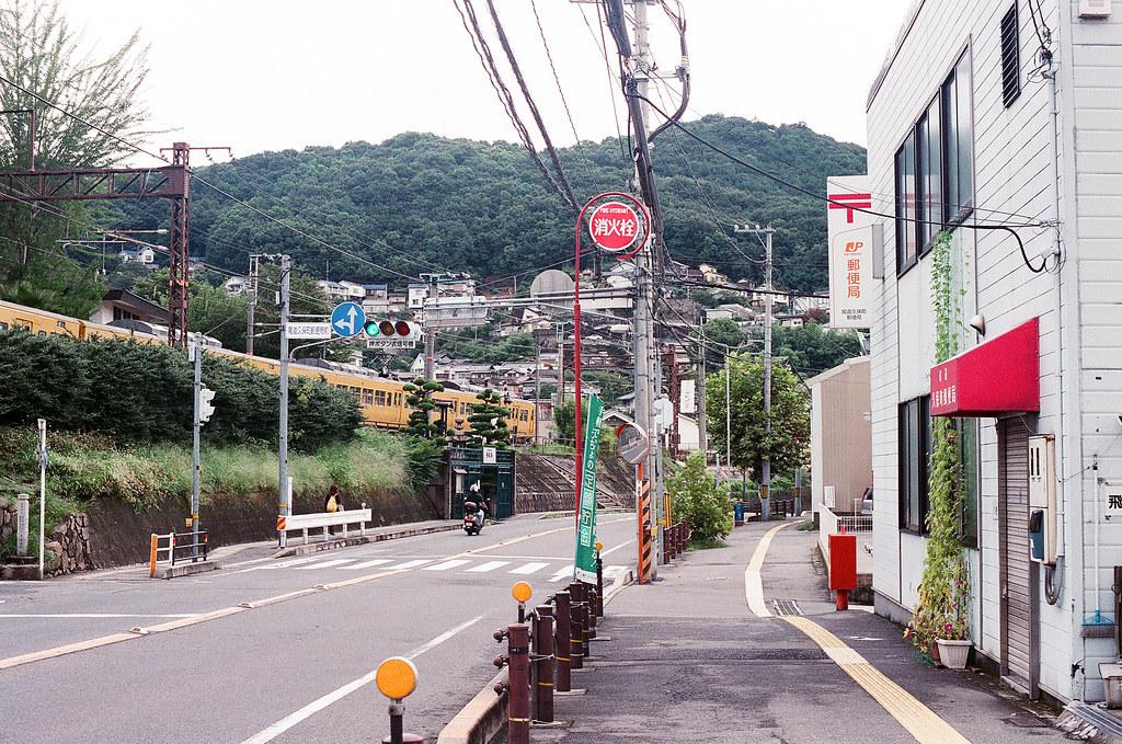 列車 郵便局 尾道 おのみち Onomichi, Hiroshima 2015/08/30 列車與郵便局。  Nikon FM2 / 50mm FUJI X-TRA ISO400 Photo by Toomore