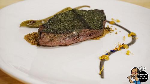 Presa ibérica adobada con algas y pimientos rellenos de Guernica