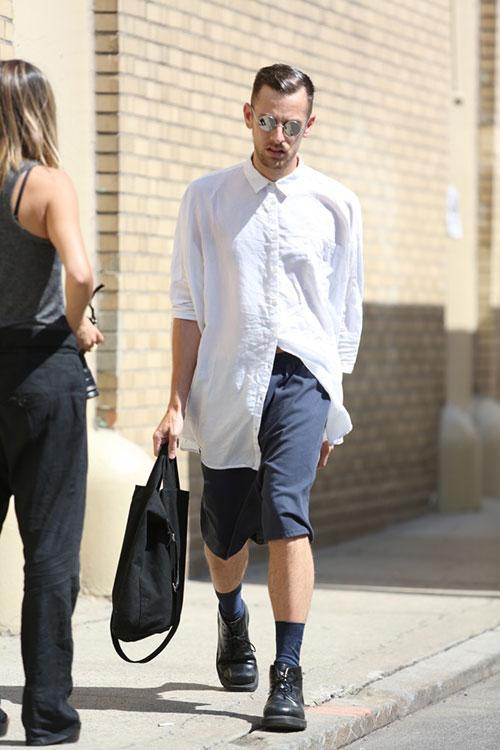 白リネンシャツ×チャコールハーフパンツ×黒チャッカブーツ