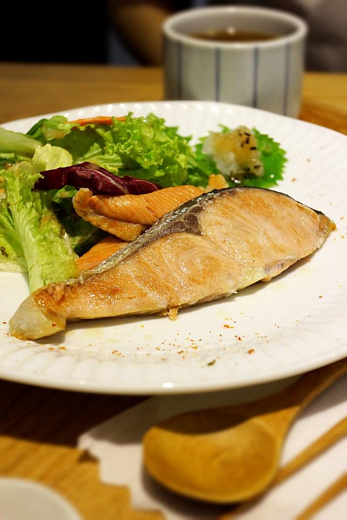 鮭魚定食,有三塊鮭魚,略薄....