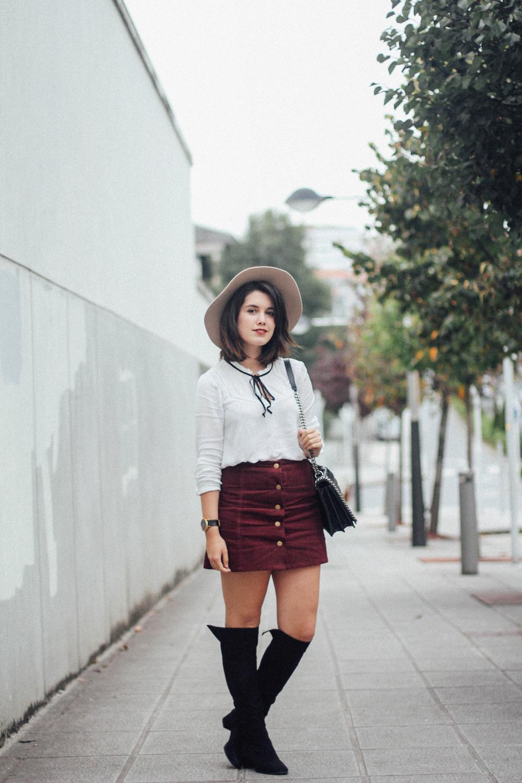 streetstyle falda con botones de pana y botas altas myblueberrynightsblog