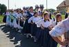 Der Festumzug am Samstag, im Bild die 2 Trachtengruppen aus Billed. Die Gemeinde hatte für die Veranstaltung einen Tanzlehrer aus Temeswar engagiert.