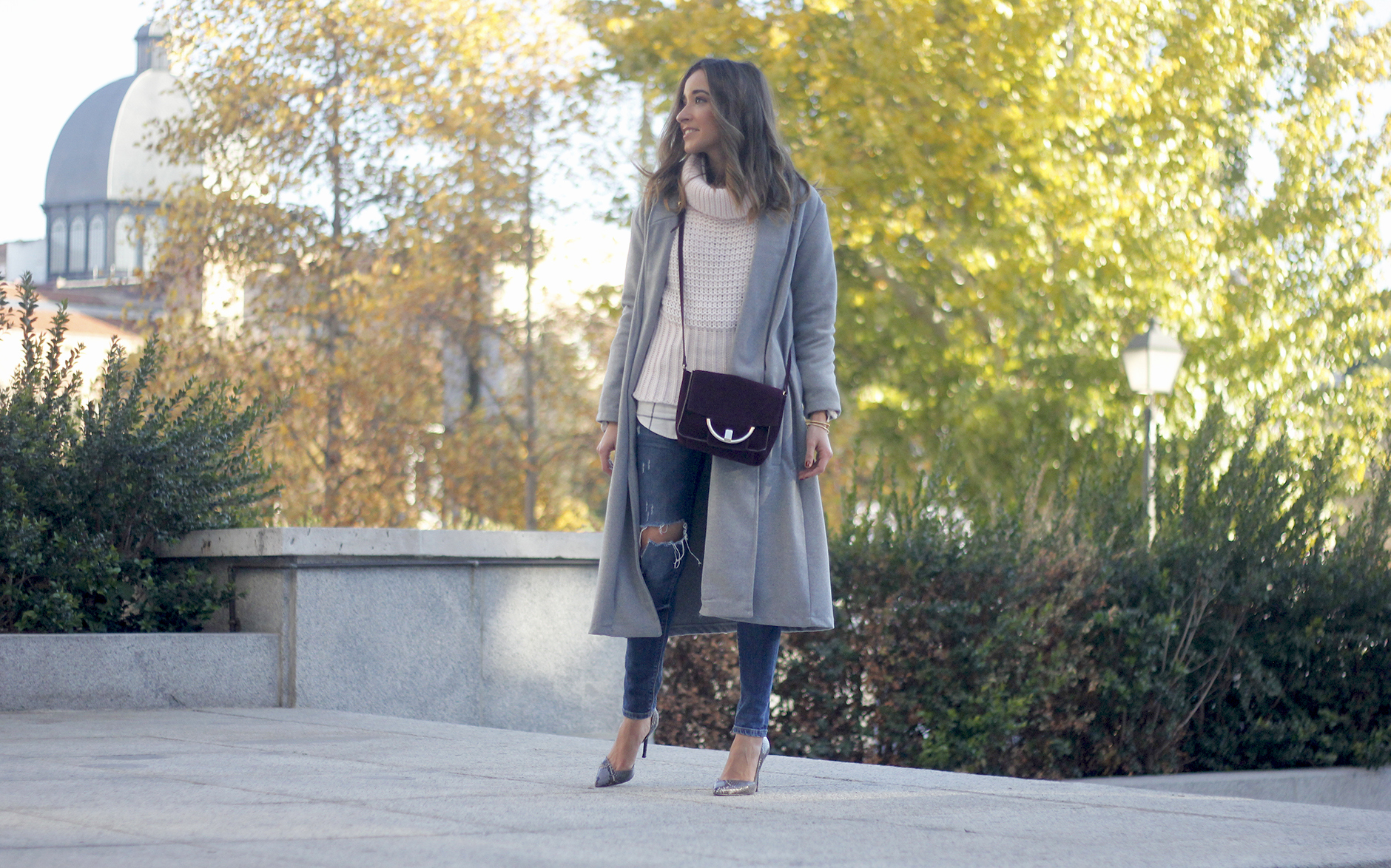 Grey coat with pink sweater jeans burgundy purse uterqüe outfit streetstyle01