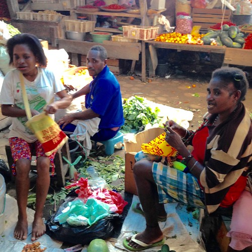 Merajut Noken di Pasar Woosi