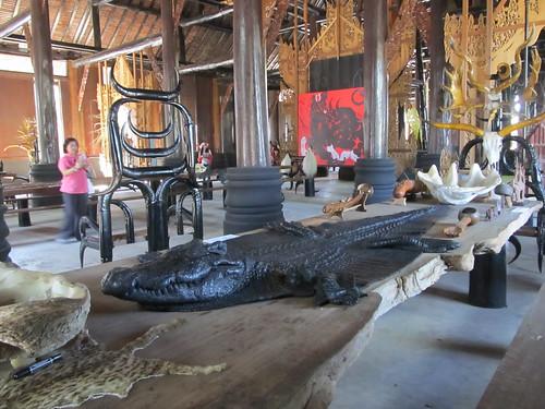 Chiang Rai: peaux de crocodile et de quelque chose qui ressemble à un chat