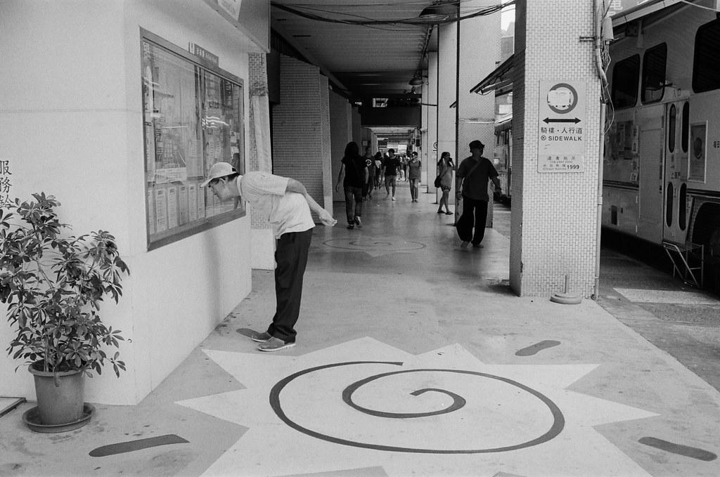 西門町 / Kodak 400TX / Nikon FM2 2015/11/07 裝了一捲黑白底片到西門町拍攝,西門町很多地方都可以停下來等畫面。  在日本走走拍拍的時候,發現黑白拍起來畫面其實很強烈,可能是因為把顏色拿走了吧,所以剩下構圖來傳達畫面的意思就變得比較直接一點吧!  總之,回來台灣後,保持像在旅行時的好奇感繼續拍照!  Nikon FM2 Nikon AI AF Nikkor 35mm F/2D Kodak TRI-X 400 / 400TX 2940-0009 Photo by Toomore