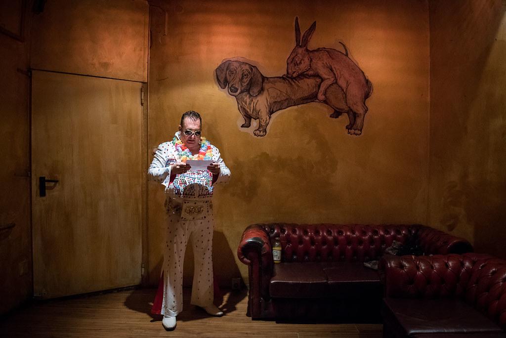 Részlet az év során az Abcúgnak is fotózó Kaszás Tamás (Fidelio Média Kft.): Miskolci Elvis című sorozatából (Művészet sorozat, 1. díj)