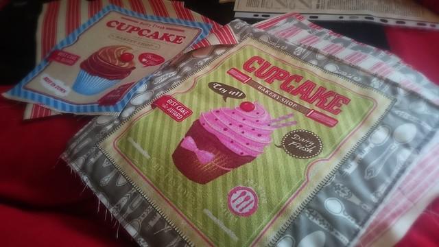 Retrostoff mit Cupcakes für stylishe Untersetzer.