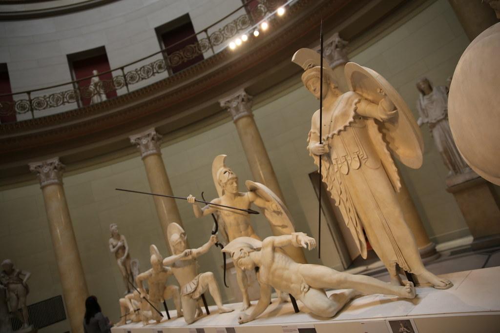 Старый музей в Берлине. Воины Тоянской битвы. Скульптуры 5-го века до н.э.из храма критской богини Афайи с острова Эгина являются одними из самых известных и красивых греческих мраморных скульптур. Недостающие фрагменты скульптур были дополнены датским скульптором Торвальдсеном в 1815-м году.