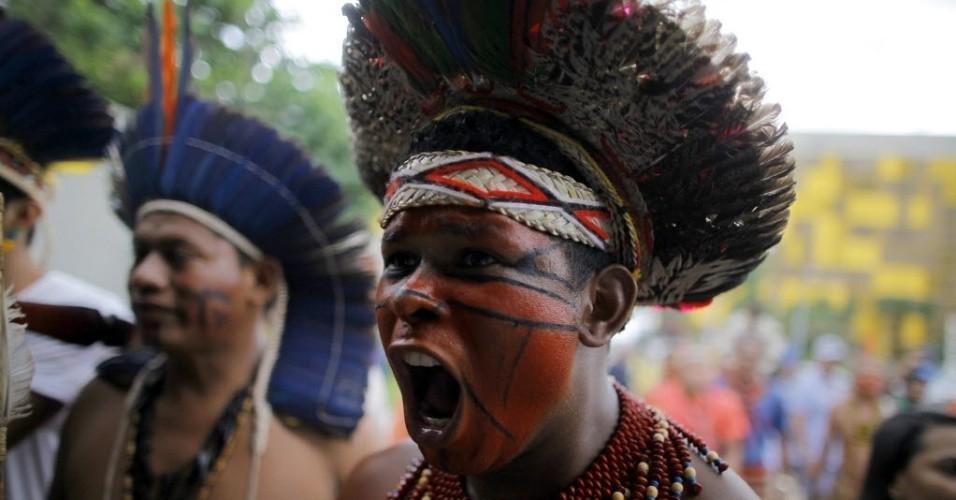 indios-enfrentam-a-policia-para-tentar-entrar-na-camara-dos-deputados-em-brasilia-nesta-terca-feira-policiais-militares-que-estavam-no-local-desde-o-inicio-da-manha-alertados-sobre-o.jpg