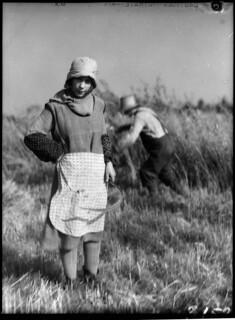 French-Canadian girl helping with the harvest / Une jeune fille canadienne-française participe à la récolte