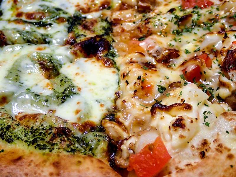 バジルとモッツァレラのピザ