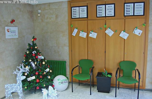 Sala de espera de Tierra Coworking decorada con motivos navideños.
