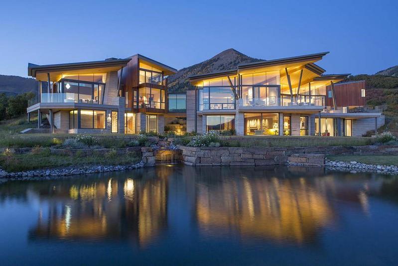 Красивый дом у озера в штате Колорадо, США
