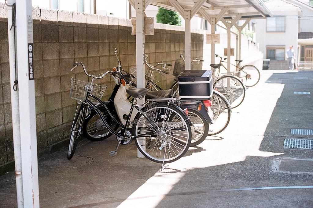 """佐倉市立佐倉図書館 千葉県佐倉市 さくらし 2015/08/05 這是在 #佐倉 市立圖書館外面的車棚,好像每次看大家去日本的照片,一定會有腳踏車的畫面,日本腳踏車比摩托車多。  後來我跑進去圖書館裡面休息,因為冷氣很涼。找個位置坐下把剛剛從隔壁市立美術館拿到的明信片填滿。  Nikon FM2 / 50mm Kodak ColorPlus ISO200  <a href=""""http://blog.toomore.net/2015/08/blog-post.html"""" rel=""""noreferrer nofollow"""">blog.toomore.net/2015/08/blog-post.html</a> Photo by Toomore"""