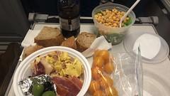 金, 2015-10-23 18:16 - お弁当(赤ワイン、リュスティック、プチトマト、葉っぱとザクロとひよこ豆のサラダ、オムレツ、ハム、オリーブ)