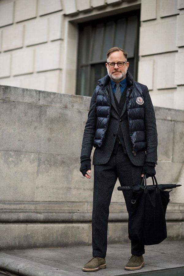 グレーチェックテーラードジャケット×モンクレール黒ダウンベスト×グレーカーディガン×デニムシャツ×グレーネクタイ×ウールパンツ×ベージュチャッカブーツ