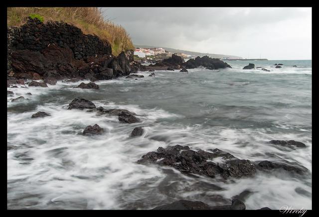 Ola llegando a las rocas negras. Foto de 1 segundo