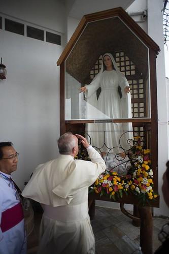 Papa Francisco ante la imagen de la Virgen de Lipa