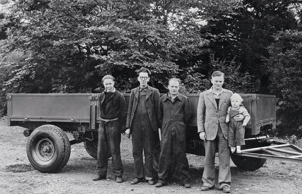 1947год: Энтони Бамфорд на отцовских руках. Слева работники Билл Херст, Артур Харрисон и Берт Холмс