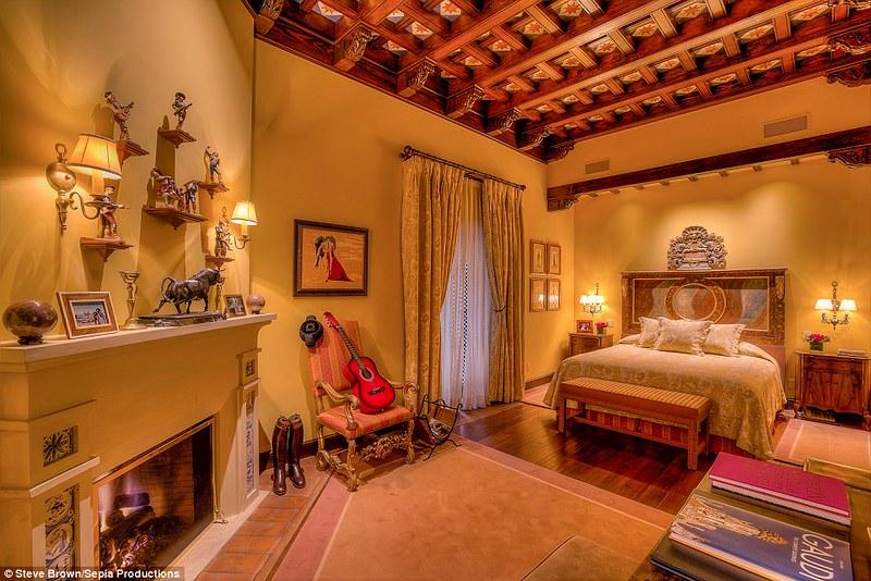 Шикарная спальня с камином