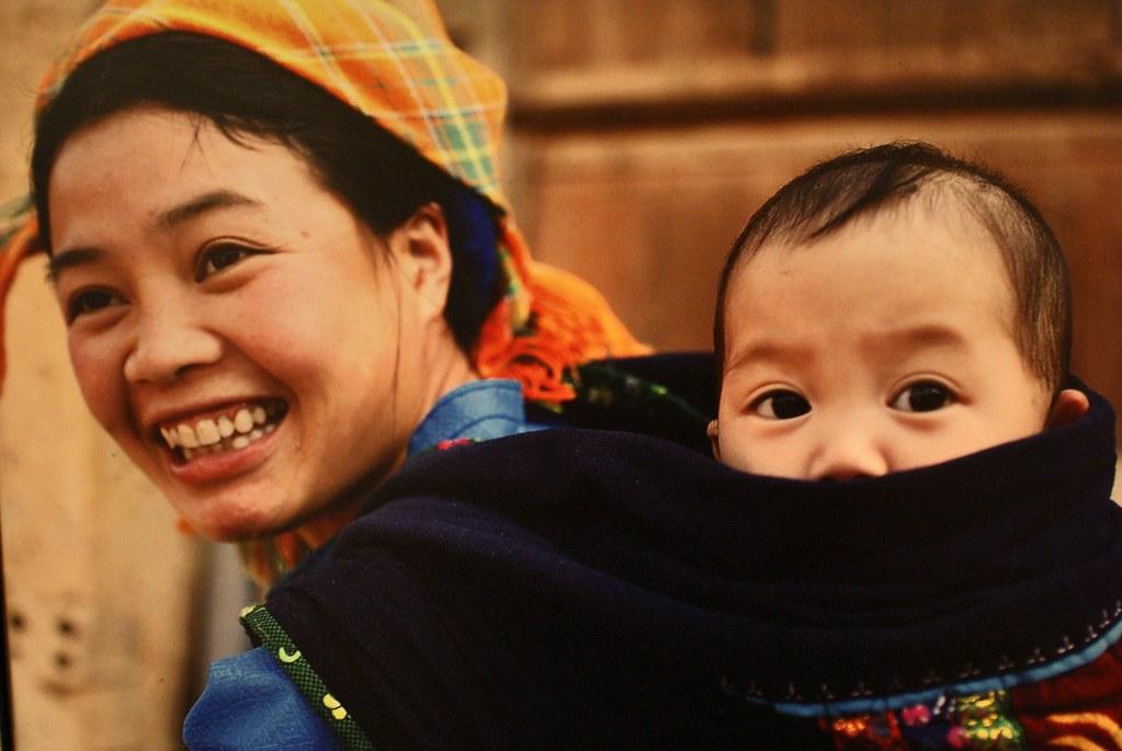 Portrait d'une femme et de son enfant au musée de la femme à Hanoi.