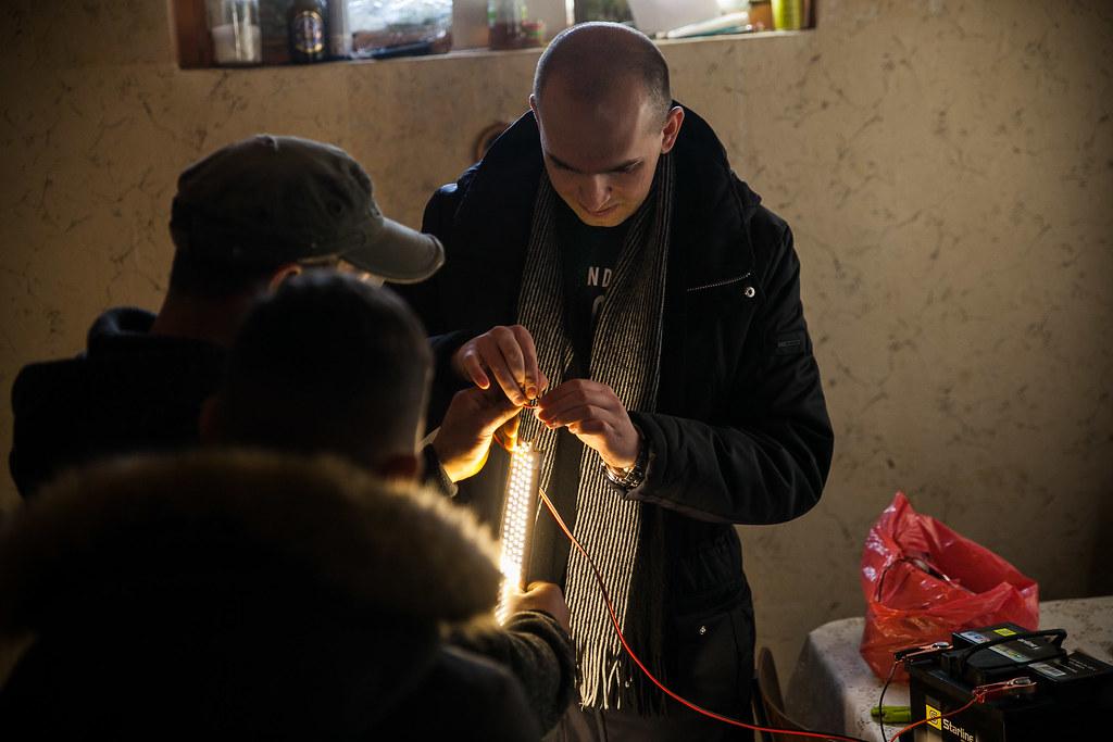 Orsós Mihály beindítja a LED-égősort | Fotó: Magócsi Márton