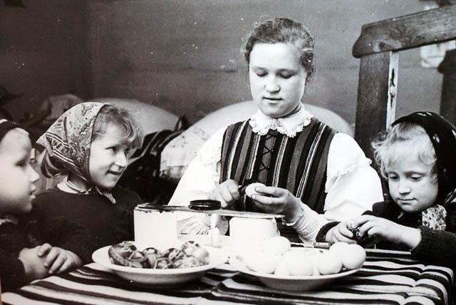 Les enfants aident à préparer un repas : La plus agée a l'air d'appécier le travail