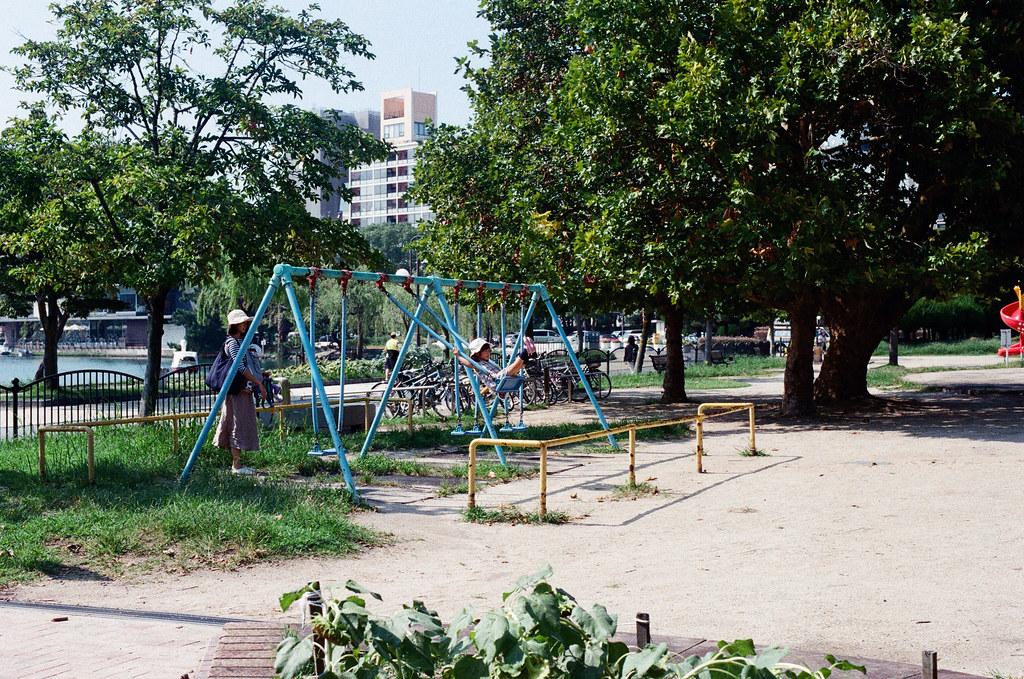 大濠公園 福岡 Fukuoka 2015/09/04 很多媽媽會帶小朋友來這裡走走,我也有看到是爸爸帶小朋友來 ...  Nikon FM2 / 50mm Kodak UltraMax ISO400 Photo by Toomore